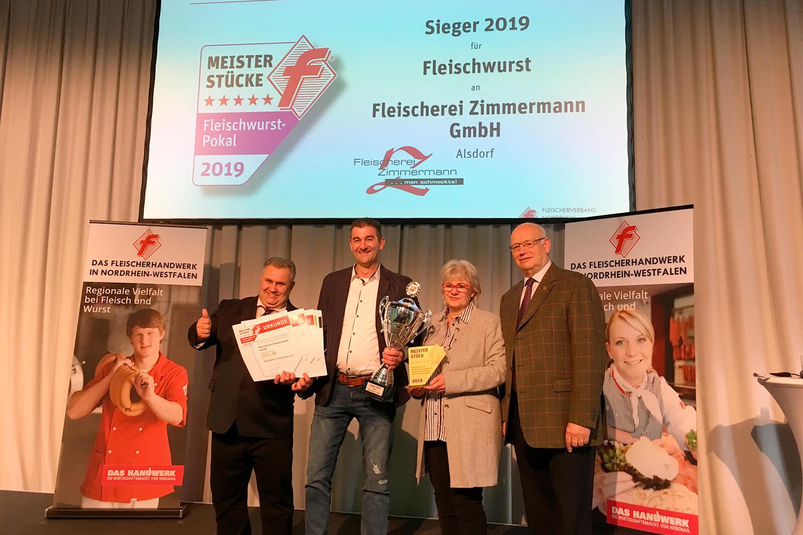Frank Zimmermann (2.v.r.) und sein Team nahmen in Oberhausen den Siegerpokal für die beste Fleischwurst Deutschlands entgegen. Zudem wurde er insgesamt 13 Mal für seine Produkte mit Gold dekoriert. Links neben ihm Adelbert Wolf (Vorsitzender der Meisterstücke Prüfungskommission, rechts Dr. Sabine Görgen und Manfred Rycken.